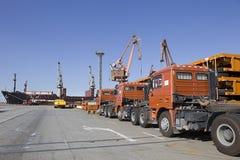 Nieuwe vrachtwagens in haven Stock Foto's