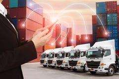 Nieuwe vrachtwagenvloot met containerdepot zoals voor het verschepen en logistiek de vervoersindustrie royalty-vrije stock foto