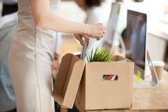 Nieuwe vrouwelijke werknemers uitpakkende doos met bezittingen royalty-vrije stock foto