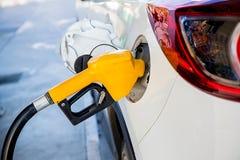 Nieuwe vulling en het vullen de Brandstof van het Oliegas bij post Benzinestation die - bijtanken Om de machine met brandstof te  stock afbeeldingen
