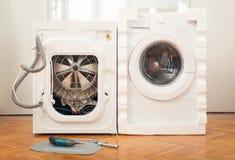 Nieuwe wasmachine en oude gebrekkig royalty-vrije stock fotografie