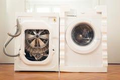 Nieuwe wasmachine en oude gebrekkig royalty-vrije stock afbeelding