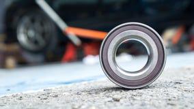Nieuwe wielenauto die op asfaltvloer dragen in garage en copyspace Royalty-vrije Stock Foto's