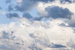 Nieuwe wit en blauwe onweerswolken royalty-vrije stock foto's