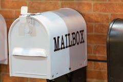 Nieuwe witte brievenbus op bakstenen muur Stock Fotografie