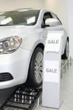 Nieuwe witte glanzende mooie autotribunes op speciale tribune Royalty-vrije Stock Foto's