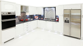 Nieuwe witte keuken Royalty-vrije Stock Foto