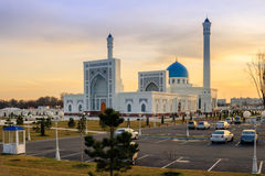 Nieuwe witte moskeeminderjarige in Tashkent bij zonsondergang, Oezbekistan Stock Afbeelding