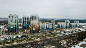 Nieuwe woonwijk gebouwen met meerdere verdiepingen stock afbeelding