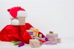 nieuwe year& x27; s speelgoed op de Kerstboom en de giften Royalty-vrije Stock Afbeeldingen