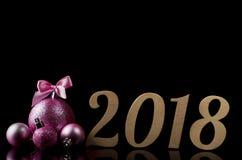 Nieuwe Year& x27; s samenstelling: Kerstmisballen en teken 2018 geïsoleerd o Stock Afbeelding