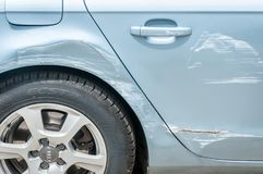 Nieuwe zilveren Audi-auto met gekraste en beschadigde verf dichtbij wiel en deuren na neerstortingsongeval en botsing royalty-vrije stock foto's