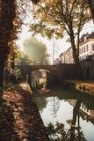 Nieuwegracht med dess välvda broar i den gamla staden av Utrecht Arkivfoto
