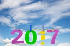 Nieuwjaar 2017 aantal op blauwe hemel en witte wolk Royalty-vrije Stock Afbeeldingen