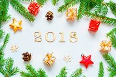 Nieuwjaar 2018 achtergrond met 2018 cijfers, Kerstmisspeelgoed, samenstelling van het spar de tak-nieuwe Jaar 2018 Stock Afbeelding