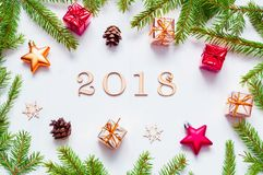 Nieuwjaar 2018 achtergrond met 2018 cijfers, Kerstmisspeelgoed, samenstelling van het spar de tak-nieuwe Jaar 2018 Stock Foto's