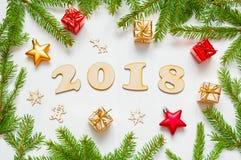 Nieuwjaar 2018 achtergrond met 2018 cijfers, Kerstmisspeelgoed, samenstelling van het spar de tak-nieuwe Jaar 2018 Royalty-vrije Stock Fotografie
