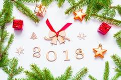 Nieuwjaar 2018 achtergrond met 2018 cijfers, Kerstmisspeelgoed, samenstelling van het spar de tak-nieuwe Jaar 2018 Stock Foto