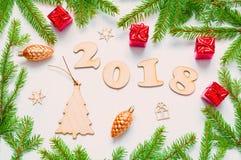 Nieuwjaar 2018 achtergrond met 2018 cijfers, Kerstmisspeelgoed, samenstelling van het spar de tak-nieuwe Jaar 2018 Royalty-vrije Stock Foto's
