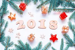 Nieuwjaar 2018 achtergrond met 2018 cijfers, Kerstmisspeelgoed, samenstelling van het spar de tak-nieuwe Jaar 2018 Royalty-vrije Stock Foto