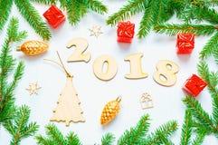 Nieuwjaar 2018 achtergrond met 2018 cijfers, Kerstmisspeelgoed, samenstelling van het spar de tak-nieuwe Jaar 2018 Stock Afbeeldingen