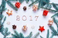 Nieuwjaar 2017 achtergrond met 2017 cijfers, Kerstmisspeelgoed, samenstelling van het spar de tak-nieuwe Jaar 2017 Stock Afbeelding