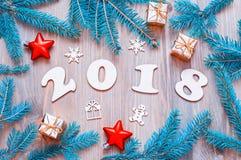 Nieuwjaar 2018 achtergrond met 2018 cijfers, Kerstmisspeelgoed, spar B Stock Foto