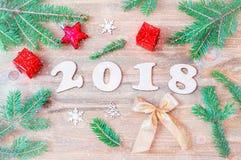 Nieuwjaar 2018 achtergrond met 2018 cijfers, Kerstmisspeelgoed, sparrentakken Stock Afbeeldingen