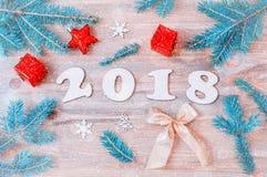 Nieuwjaar 2018 achtergrond met 2018 cijfers, Kerstmisspeelgoed, sparrentakken Royalty-vrije Stock Afbeelding
