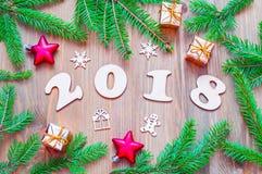 Nieuwjaar 2018 achtergrond met 2018 cijfers, Kerstmisspeelgoed, sparrentakken Royalty-vrije Stock Fotografie
