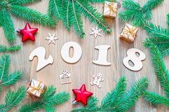 Nieuwjaar 2018 achtergrond met 2018 cijfers, Kerstmisspeelgoed, sparrentakken Stock Foto's