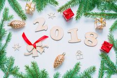 Nieuwjaar 2018 achtergrond met 2018 cijfers, Kerstmisspeelgoed, spartakken Nieuwjaar 2018 stilleven Royalty-vrije Stock Afbeeldingen