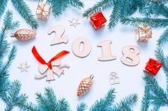 Nieuwjaar 2018 achtergrond met 2018 cijfers, Kerstmisspeelgoed, spartakken Nieuwjaar 2018 stilleven Stock Foto's