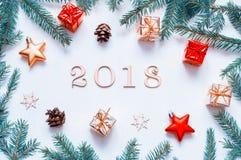Nieuwjaar 2018 achtergrond met 2018 cijfers, Kerstmisspeelgoed, spartakken Nieuwjaar 2018 stilleven Royalty-vrije Stock Foto's