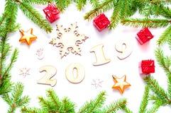 Nieuwjaar 2019 achtergrond met 2019 cijfers, Kerstmisspeelgoed, spartakken Vlak leg, hoogste mening van Nieuwjaar 2019 stilleven royalty-vrije stock afbeelding