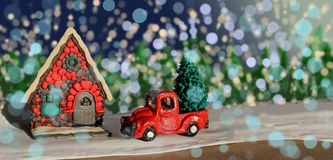 Nieuwjaar, Bestelwagen met Kerstboom dichtbij het huis stock afbeelding