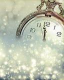 Nieuwjaar bij middernacht - Oude klok en vakantielichten Stock Foto's