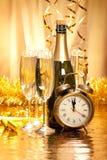 Nieuwjaar - champagne, decoratie en wijzerplaat Stock Foto's
