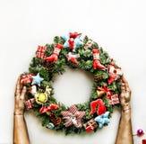 2018 nieuwjaar De kroon van Kerstmis Gestemd beeld de Kerstman en rode bal Kerstmiskroon in de handen van vrouwen op wit chris Royalty-vrije Stock Foto's