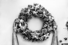 2018 nieuwjaar De kroon van Kerstmis Gestemd beeld de Kerstman en rode bal Kerstmiskroon in de handen van vrouwen op wit chris Royalty-vrije Stock Afbeelding