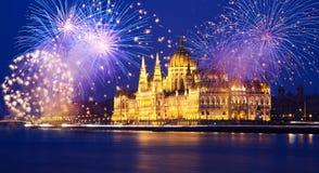 Nieuwjaar in de stad - Boedapest met vuurwerk royalty-vrije stock afbeelding