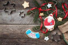 Nieuwjaar 2015 en het gebakje van Kerstmisschapen het koekje en op hout Royalty-vrije Stock Afbeeldingen