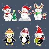 Nieuwjaar en Kerstkaart Stelt de vastgestelde stickers van drie pinguïnen en drie sneeuwmannenkarakters in verschillende hoeden e vector illustratie