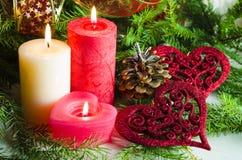 Nieuwjaar en Kerstmisachtergrond met kaarsen verfraaide Kerstboom Stock Foto's