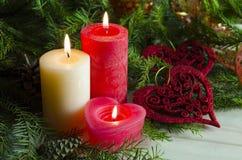 Nieuwjaar en Kerstmisachtergrond met kaarsen verfraaide Kerstboom Stock Foto