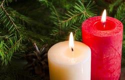 Nieuwjaar en Kerstmisachtergrond met kaarsen verfraaide Kerstboom Royalty-vrije Stock Afbeelding