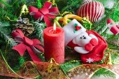 Nieuwjaar en Kerstmisachtergrond met kaarsen verfraaide Kerstboom Stock Afbeelding