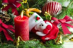 Nieuwjaar en Kerstmisachtergrond met kaarsen verfraaide Kerstboom Stock Fotografie