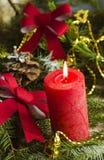 Nieuwjaar en Kerstmisachtergrond met kaarsen verfraaide Kerstboom Royalty-vrije Stock Fotografie