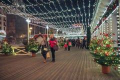 Nieuwjaar en Kerstmisdecoratie en lichten in de straten van Moskou Stock Fotografie